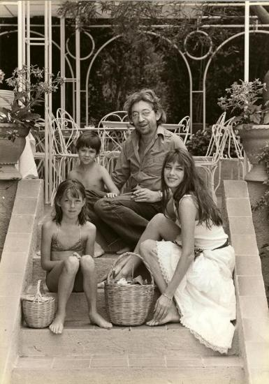 jane-birkin-serge-gainsbourg-charlotte-gainsbourg-kate-barry-st-tropez-photo-j-andanson-sygma-juillet-1977